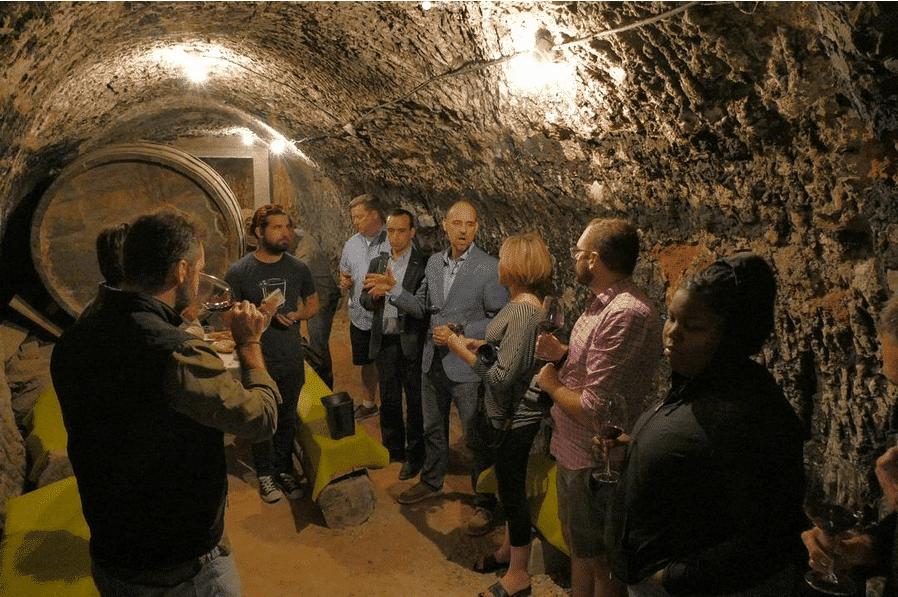 enoturismo Foto visita en la bodega subterranea