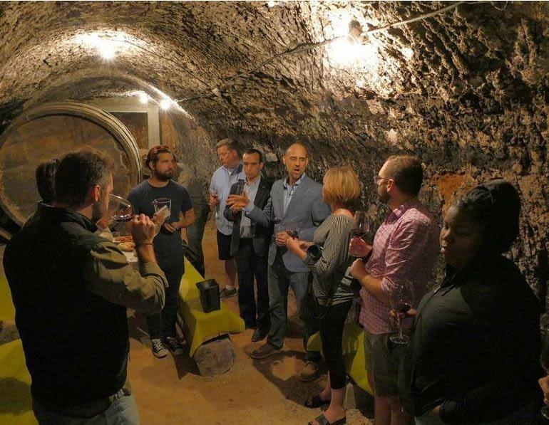Foto visita en la bodega subterranea